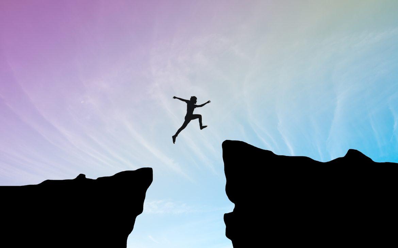 Sauter un grand pas au dessus d'une falaise
